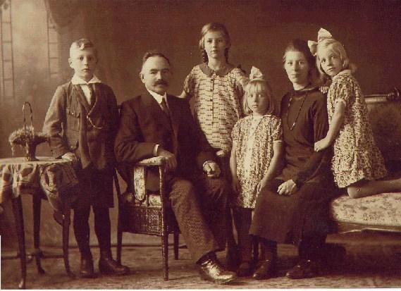 De traditionele familiefoto met meerdere generaties