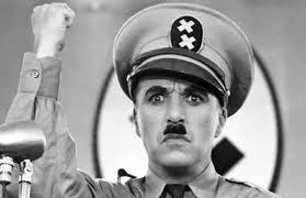Charlie Chaplin als Adolf Hitler in de film The Great Dictator