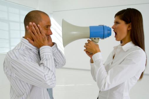 Dichtbij praten met een megafoon is te luid. Iets zachter graag.
