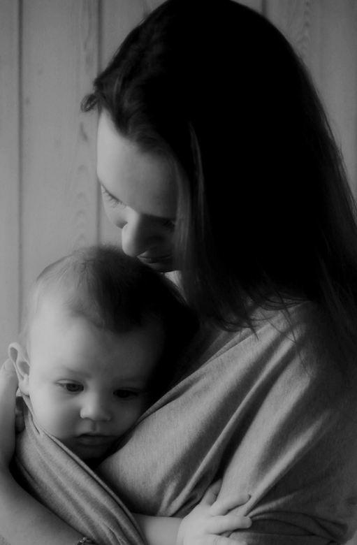 Moeder met baby liefdevol tegen haar borst. Zo zien we liefde graag.