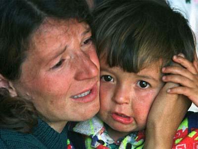 Oorlogskind vastgehouden door huilende moeder