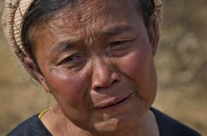 Een moeder, huilend om haar overleden zoon