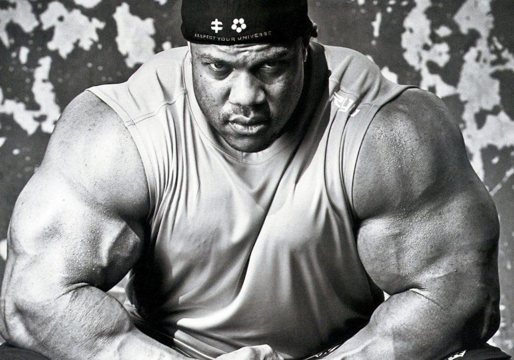 De kracht van een body-builder die intens naar je staart