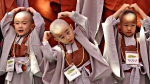 Kinderen blijven vrij en kind, ook al kleedt je ze als Boeddhische monnikken