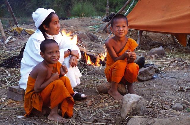 Kloostermoeder Khun Ead met Novicen in Buddha's Lost Children (Verloren Kinderen van Boeddha)