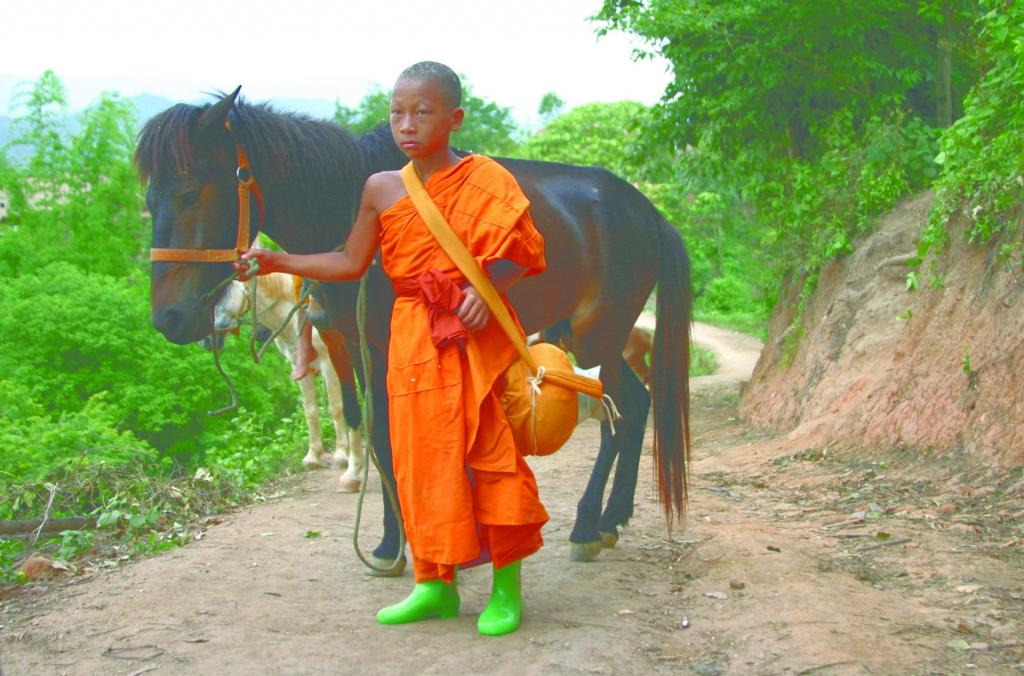 Novice Suk naast zijn paard in Buddha's Lost Children (Verloren Kinderen van Boeddha)
