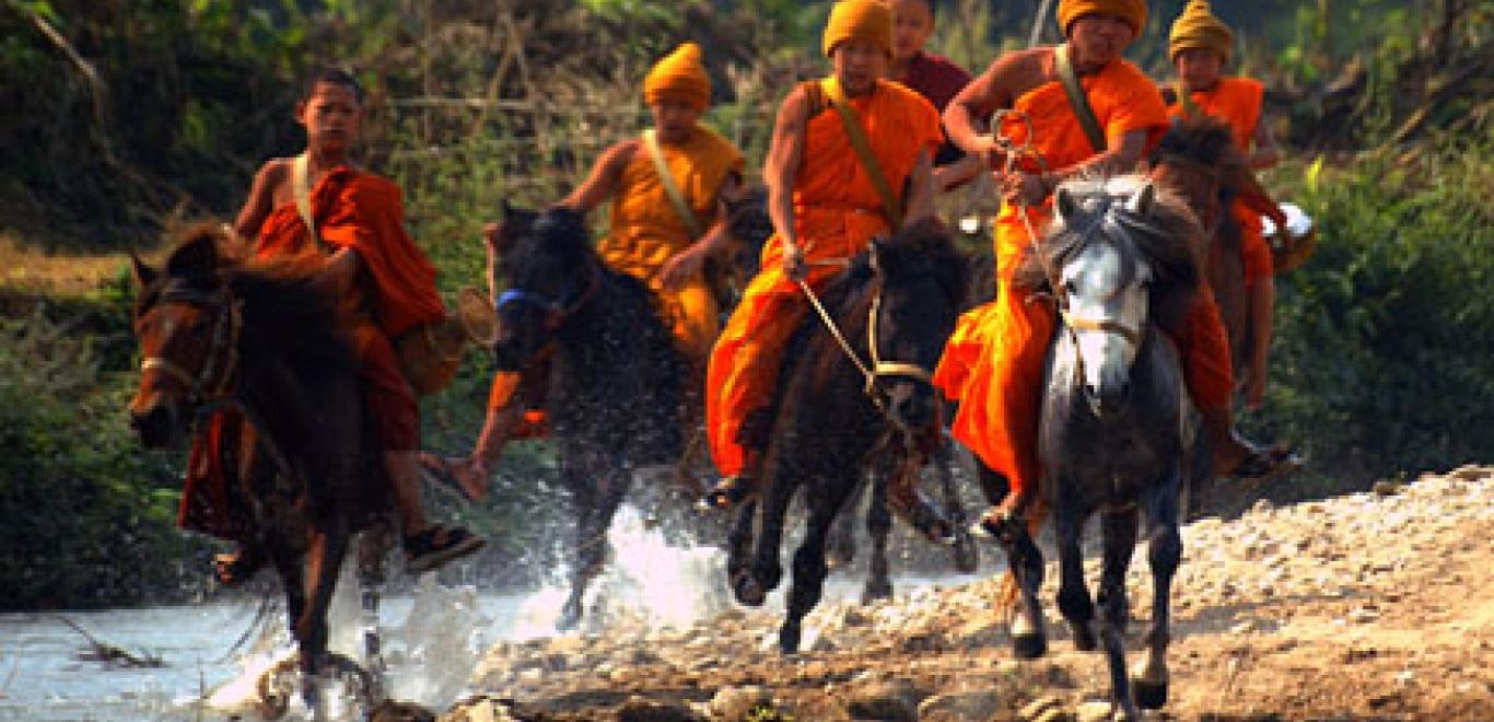 Novicen van Phra Khru Bah wild rijdend op paard in Buddha's Lost Children (Verloren Kinderen van Boeddha)