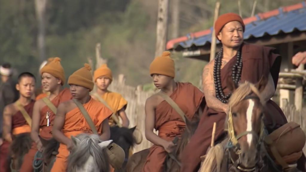 thaise-monnik-phra-khru-bah-met-zijn-kinderen-op-paard-in-buddhas-lost-children-verloren-kinderen-van-boeddha