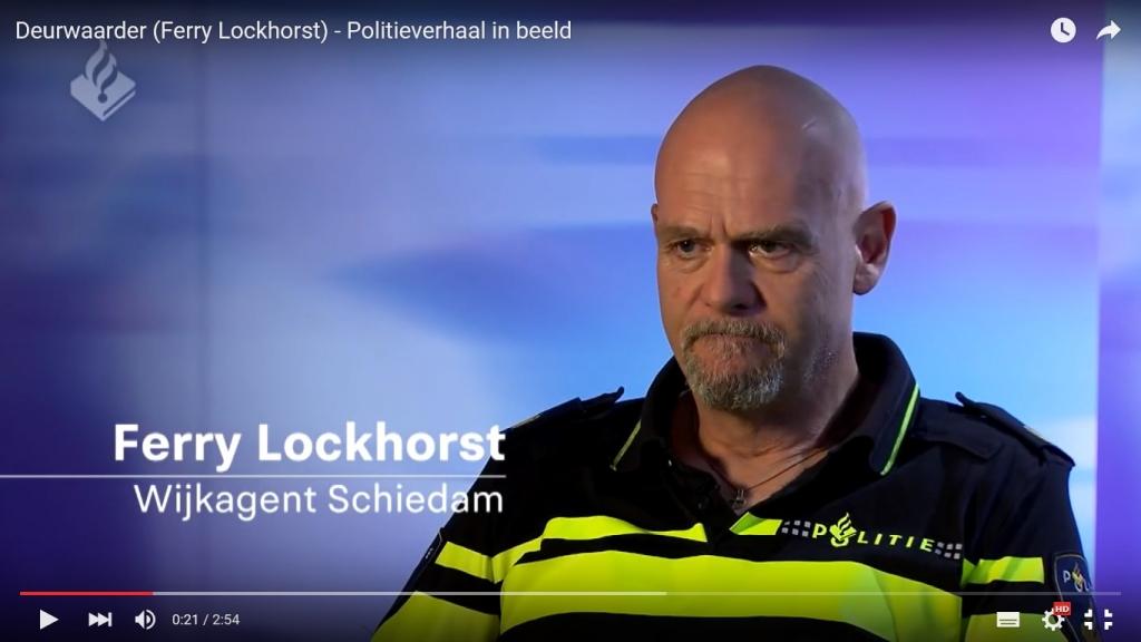 Wijkagent Ferry Lockhorst (Schiedam) vertelt in de serie Politieverhaal in beeld over de huisuitzetting van een gezin met kinderen. Hij blijkt een echt mens van vlees en bloed.