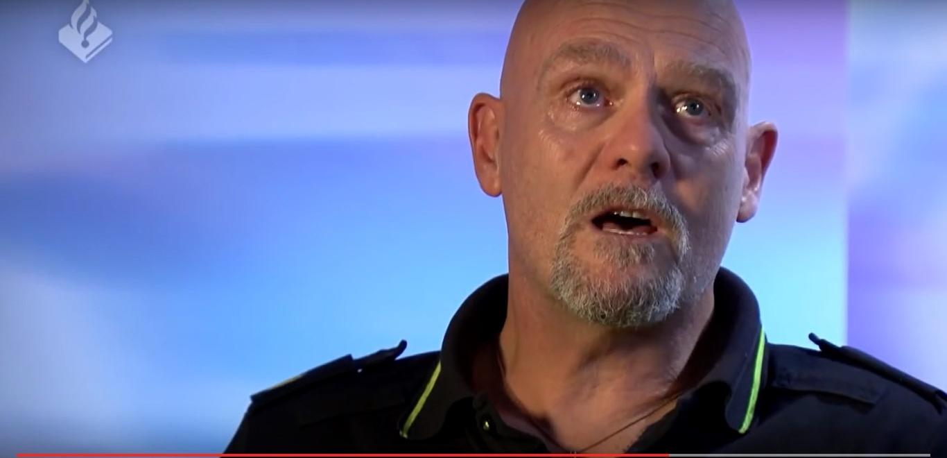 Wijkagent Ferry Lockhorst (Schiedam) zit met tranen in de ogen als hij vertelt over het leegruimen van de kinderkamer in een huisuitzetting. Een puur menselijk verhaal van een politieagent