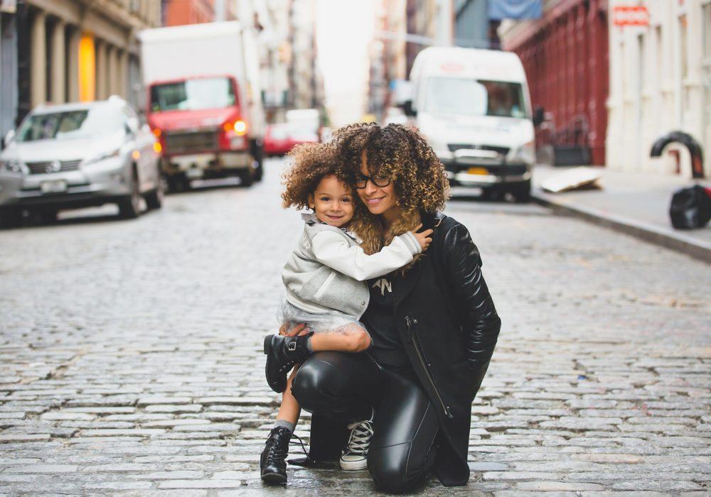 Moeder en dochter op straat