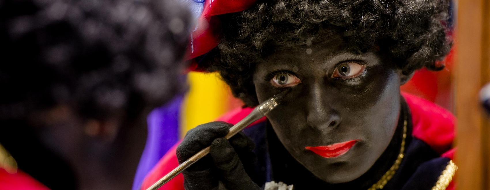 Zwarte Piet maakt zich op voor zijn vrolijke kinderpubliek