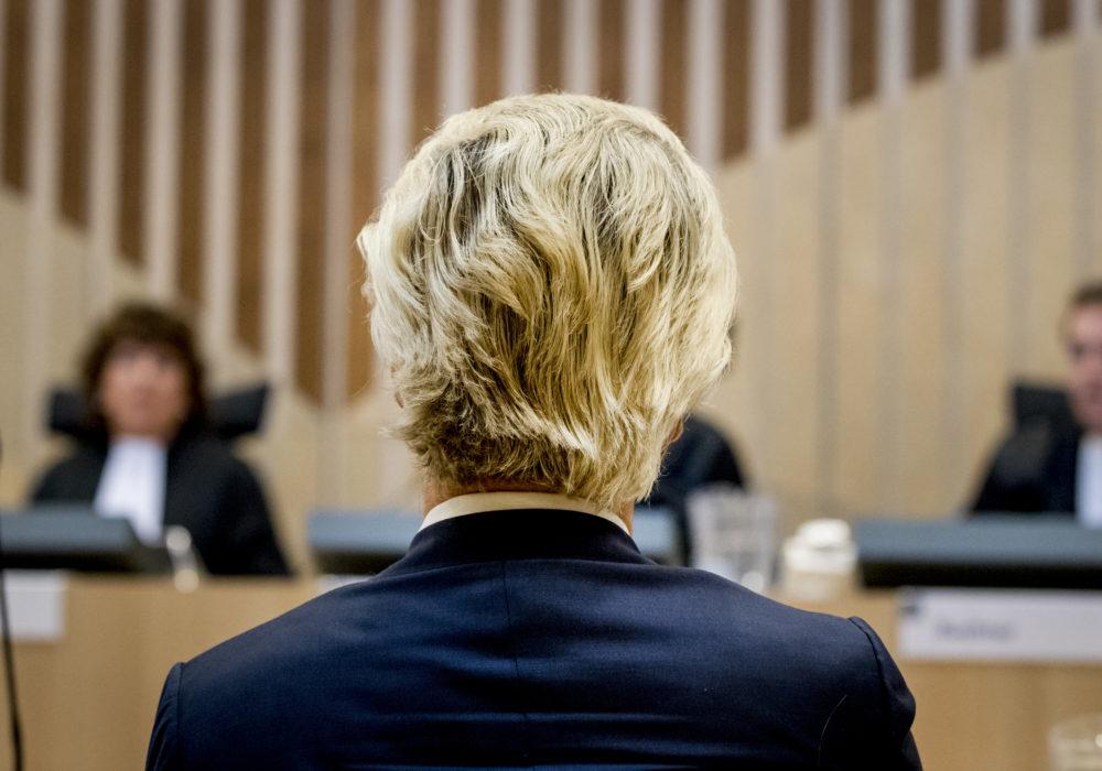 Geert Wilders, je hoort bij ons. Geert in rechtzaal in het minder, minder proces.