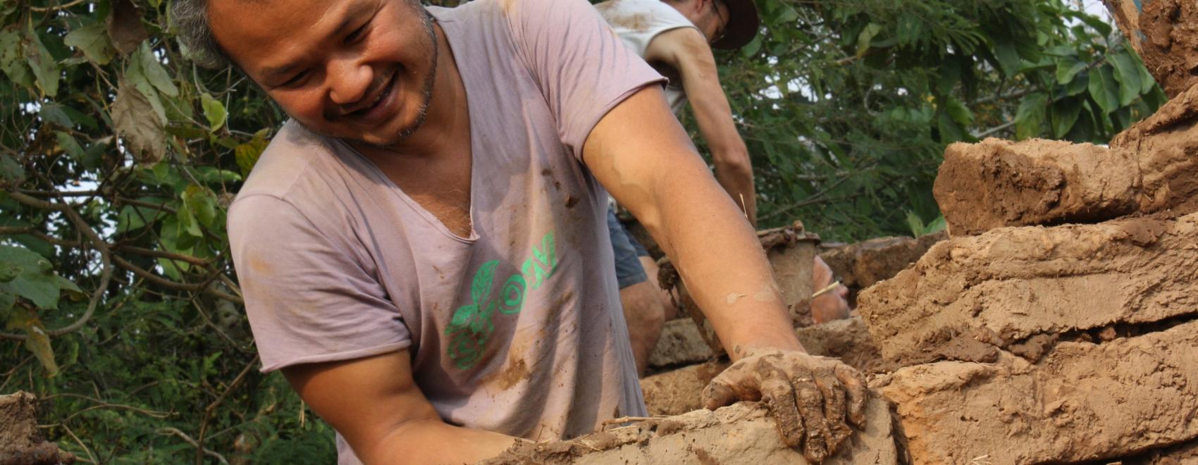 Jon Jandai in Thailand bouwt een nieuw huis. Hij vraag ons: Leven is gemakkelijk, waarom maken we het zo moeilijk? Zijn leven is weer gemakkelijk en hij vertelt hoe.