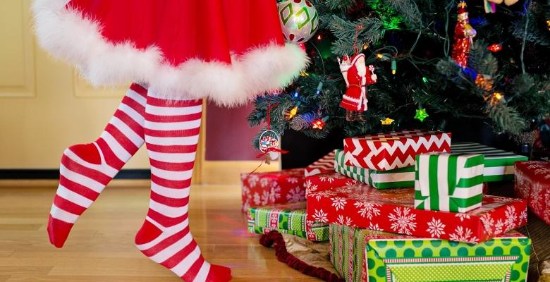Gezellig een kerstboom versieren voor Kerstmis