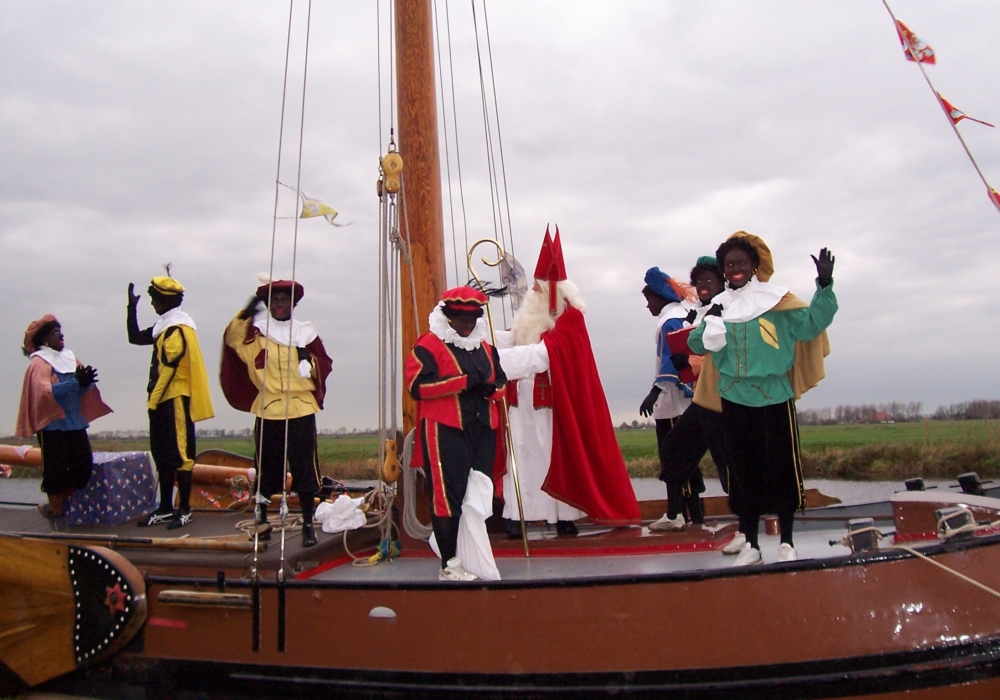 Sinterklaas met Zwarte Pieten op een boot